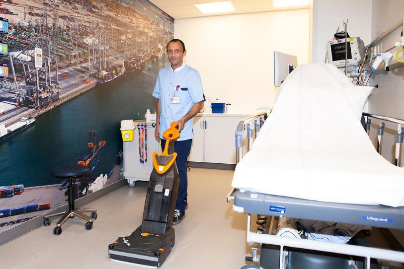Wim Thijssen vloerenspecialist en medewerker schoonmaak Ikazia Ziekenhuis.